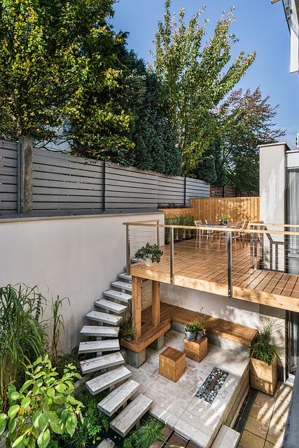 Terrasse i træ med trappe i smal baghave